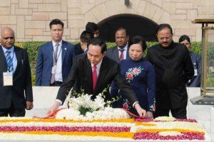 Vietnamese President pays tribute to Mahatma Gandhi at Rajghat