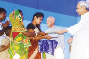 Slum dwellers get land right certificates