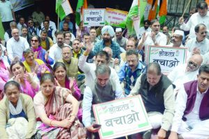Cong stages protest against Karnataka high drama