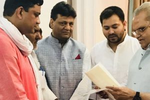 RJD leader Tejashwi Yadav meets Bihar Governor, stakes claim to form govt
