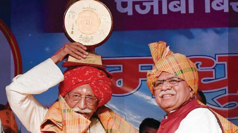Haryana Chief Minister, Manohar Lal Khattar honouring manufacturer of MDH Masala, Mahashay, Dharam Pal Gulati at a function in Gurugram on Monday. (Photo: SNS)