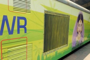 Mumbai | AC stops working in local, angry commuters bring train to halt