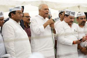 Kejriwal's sit-in continues, Yashwant joins AAP rally
