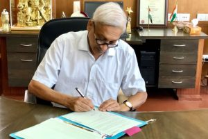 Goa CM Manohar Parrikar takes charge day after returning from US