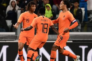 Nathan Ake strike gives Dutch 1-1 draw against 10-man Italy