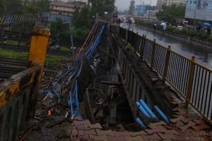 Mumbai | Part of bridge collapses at Andheri station, train services hit