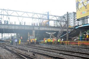 Mumbai: Cracks found on bridge at Grant Road station, traffic diverted