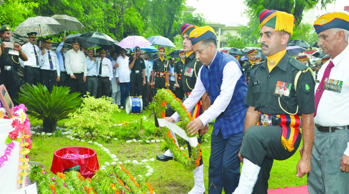 Chief Minister Jai Ram Thakur paying floral tributes to the Martyrs on the occasion of Kargil VIijay Diwas at Bilaspur on Thursday. (Photo: SNS)