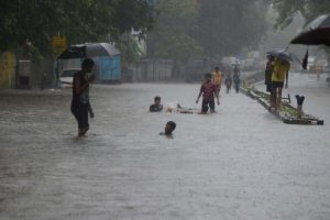 Rains continue to batter Mumbai, trains delayed