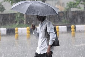 Heavy rain lashes Delhi, NCR; traffic hit