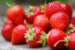 Eat strawberries, improve gut health