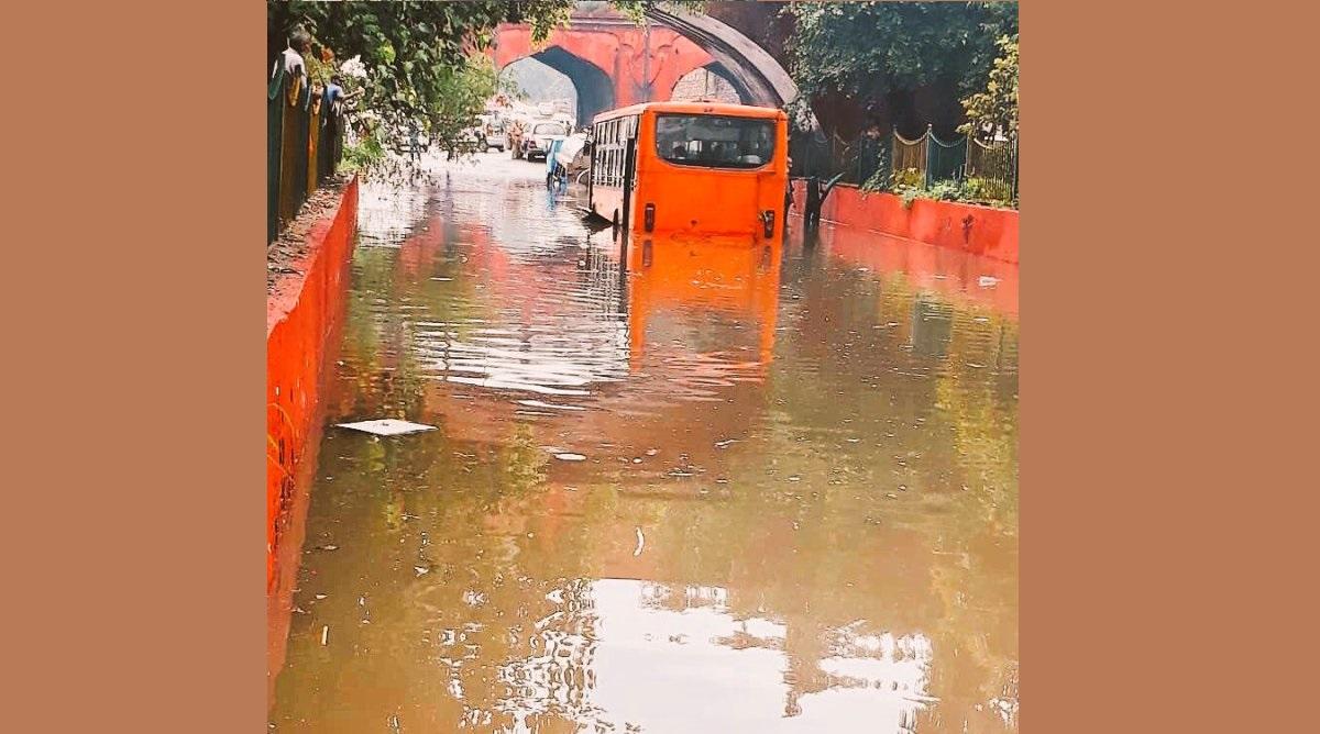 Bus Delhi stuck