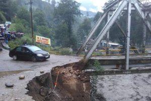 Himachal rains claim 8 lives; hundreds stranded
