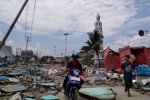 Indonesia earthquake toll 384; see video of tsunami hitting Palu
