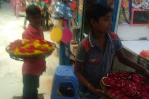 No bed of roses for young flower sellers at temple