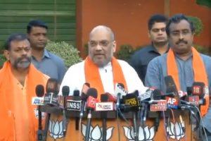Amit Shah welcomes Swami Paripoornananda into BJP fold