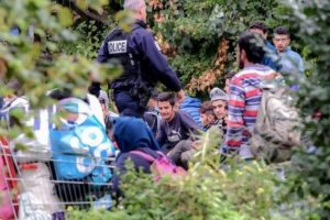 French police dismantle migrant camp, 1,800 people displaced
