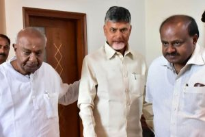 Chandrababu Naidu meets Deve Gowda, Kumaraswamy to discuss grand alliance