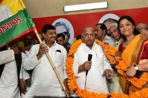Amid Akhilesh-Shivpal rift, Mulayam Singh Yadav keeps everyone guessing