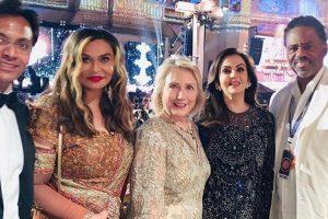 Hillary Clinton shakes a leg with Shah Rukh Khan at Isha-Anand sangeet