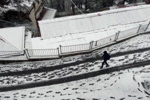 Shimla receives season's first snowfall | Watch video
