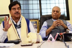 Shatrughan Sinha meets Lalu Prasad Yadav; rumour mills start churning