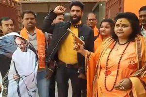 Hindu Mahasabha leader who shot at Gandhi effigy, seen with top BJP leaders