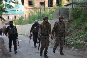 3 cops injured as terrorists lob grenade in Srinagar
