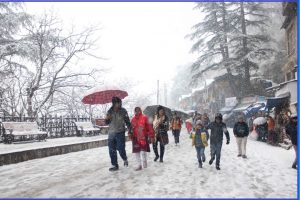 Heavy snowfall affects normal life in Himachal