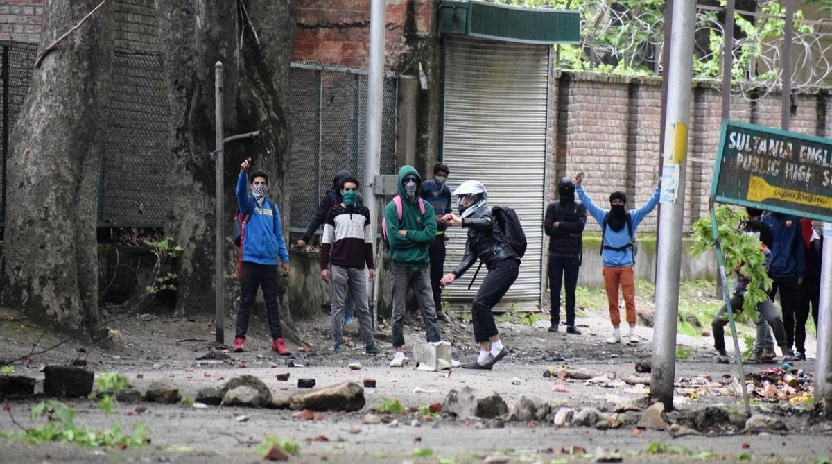 Clashes erupt in Shopian, Srinagar, Jammu and Kashmir, Shopian district, Sugan village, Al-Badr commander Zeenatul Islam, Kulgam district