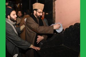 Mirwaiz purifies Jamia Masjid pulpit desecrated by suspected ISIS supporters