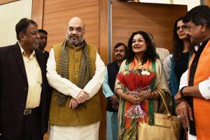 Salwar kameez, sari pehen lijiye, Moushumi Chatterjee counsels woman anchor