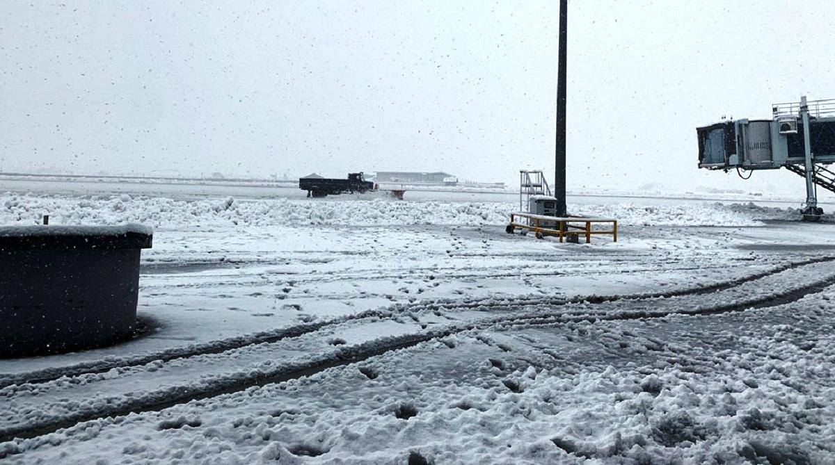 J-K: Srinagar Airport buried under snow, Vaishno Devi chopper service shelved