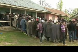 Long queues of voters in Kashmir's Baramulla as people defy poll boycott call of separatists