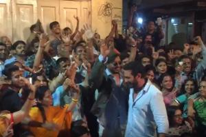 Irrfan video with fans at Angrezi Medium shoot in Udaipur will make you happy