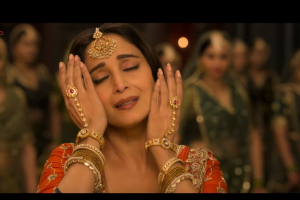 "Kalank's new song ""Tabaah Ho Gaye"" featuring Madhuri Dixit is out!"