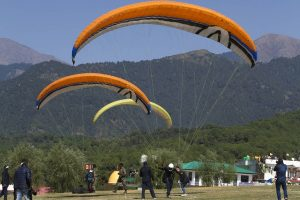 Himachal: Kerala tourist, pilot killed in Kullu paragliding accident