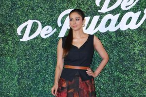"Cinema reflects society, does not work in isolation: Tabu at ""De De Pyaar De"" trailer launch"
