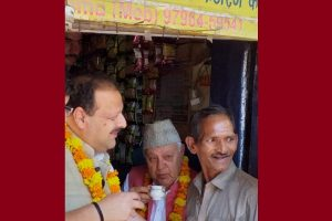 Farooq Abdullah stops by to sip tea at shop in congested Jammu