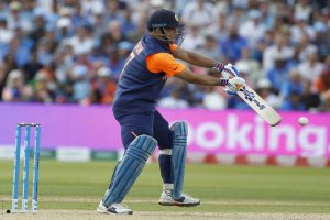 Dhoni criticised for 'baffling' approach against England