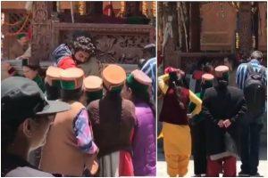 Kartik Aaryan seen crying in video of Aaj Kal's last day shoot in Himachal