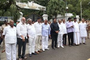 Karnataka crisis: SC asks 10 rebel MLAs to meet Speaker at 6 pm today, orders police cover