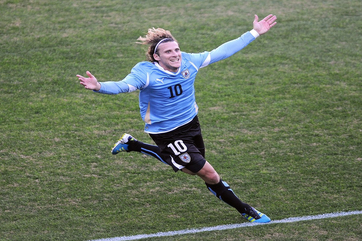 Diego Forlan announces retirement