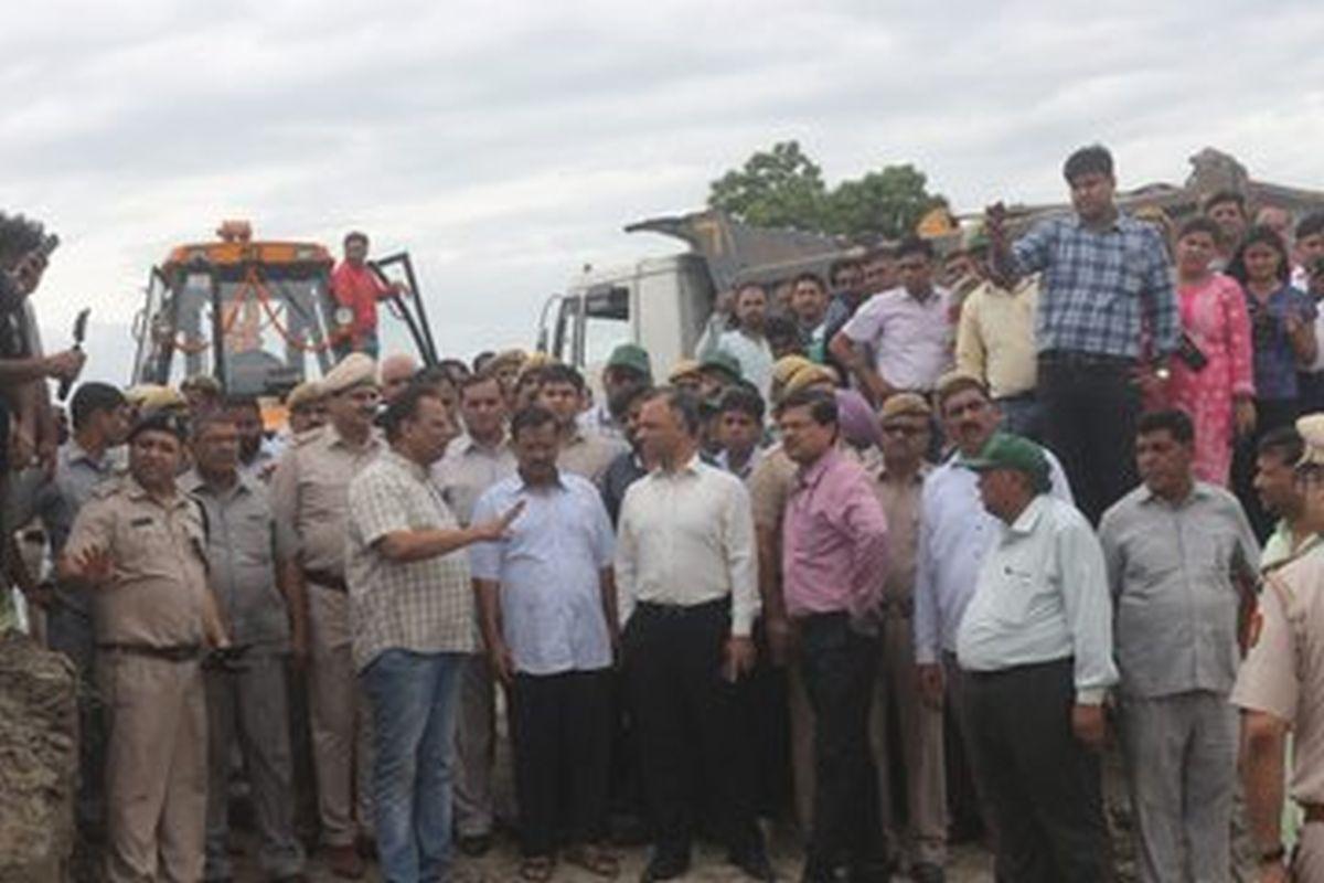 Arvind Kejriwal, Gajendra Singh Shekhawat launch pilot project in Yamuna floodplains