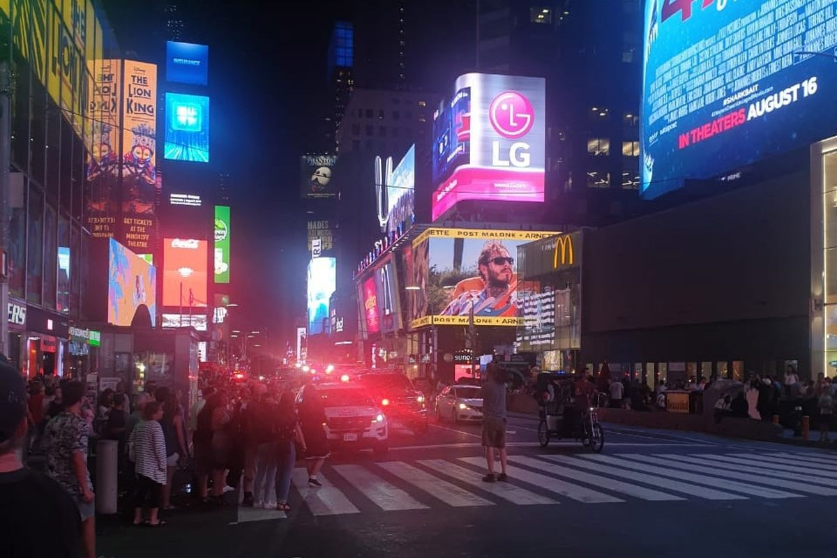 Motorcycle backfiring causes panic in New York's Times Square