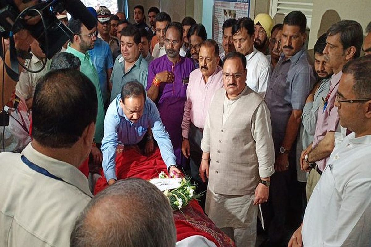 Arun Jaitley to be cremated at Nigambodh Ghat tomorrow; hundreds gather at his home to pay respects