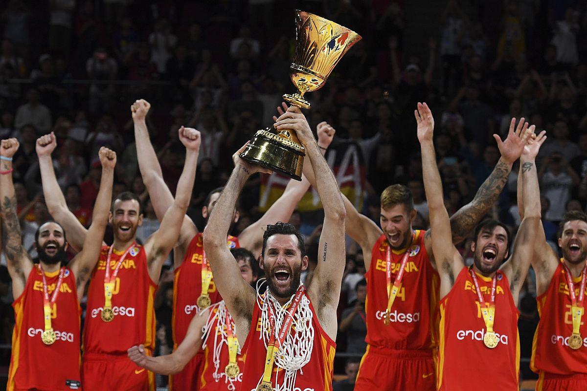 Kobe Bryant congratulates Ricky Rubio on winning FIBA World Cup MVP