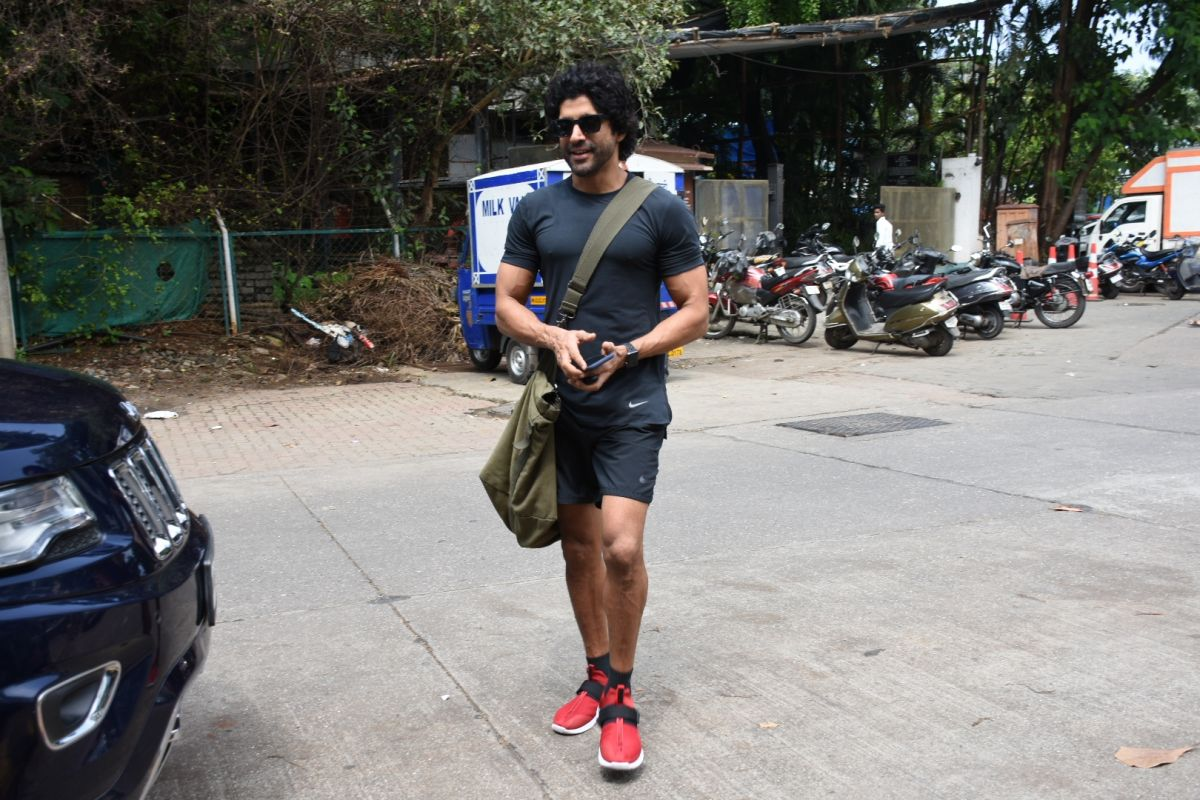Farhan Akhtar suffers hairline fracture while shooting for 'Toofan'