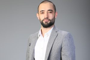 Jivan Mizuri is a multilingual lifestyle influencer from Kurdistan