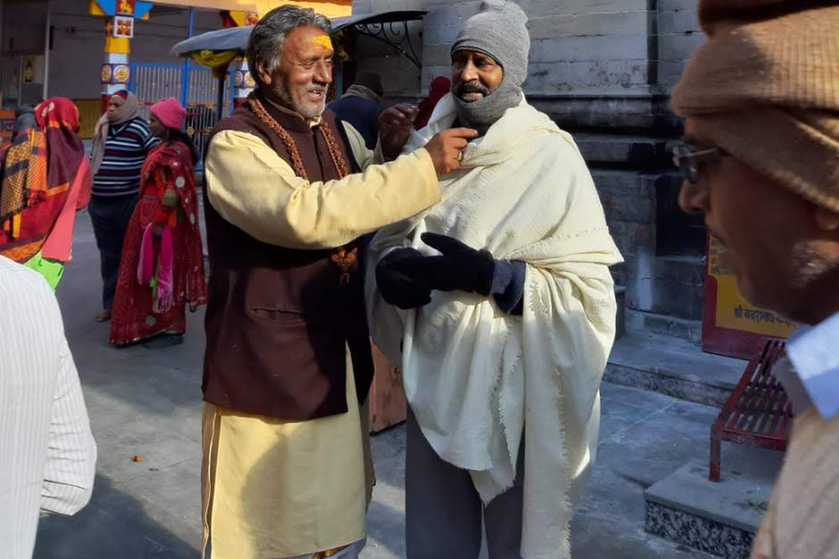 Hiding face with cap and shawl, Rajinikanth offers Puja in Badrinath